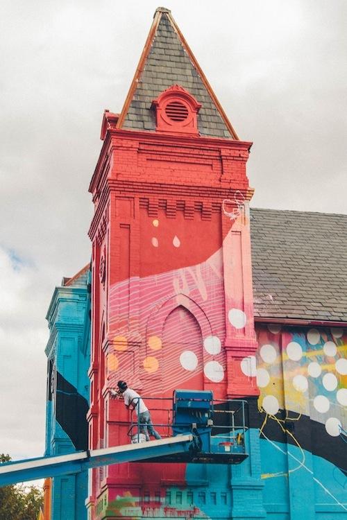 50f07ccbb3fc4b313d000138_un-antigua-iglesia-completamente-cubierta-en-graffiti_2